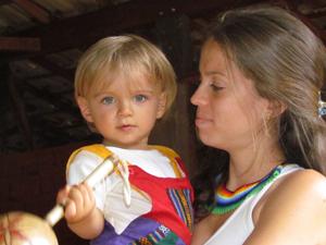 Luana Mantegazza com o filho David, que nasceu de parto natural. (Foto: Álbum de família)