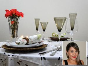 Mariella mostra mesa preparada para um jantar à luz de velas com o marido (Foto: Pedro Cunha/G1)