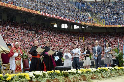 O Santo Padre encontrou-se com os fiéis no moderno estádio de futebol San Siro