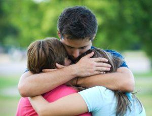 Abraço de pai e filhos