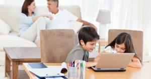 criancas computador sala pais