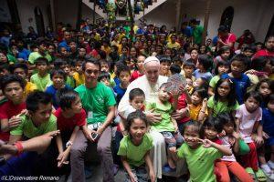 papa_e_criancas_filipinas_160115