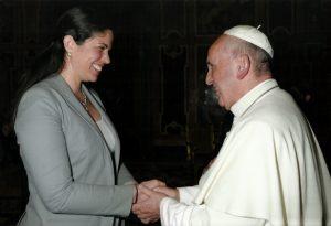 papa_francisco_recebe_mulher_em_audiencia_no_vaticano_001