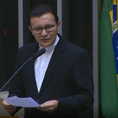 Assessor da Comissão para a Vida e a Família da CNBB discursa em sessão solene na Câmara