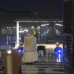 Urbi et Orbi: Papa Francisco reza por saúde e conforto diante da pandemia